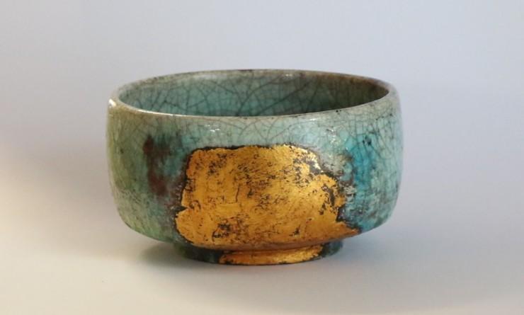 קערית תה, אקיגוסה (עשבי סתיו) קרמיקת ראקו זיגוג נחושת, לכה ועלי זהב, 2016 מיהו קאטאוקה ארליך