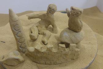 """ورشة ابداعية: """"عالم صغير"""" – تكوين اشكال من الطين المطلي بالرمل."""